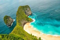 O mar balança a ilha Bali de Nusa Penida do oceano de turquesa da praia da areia imagem de stock royalty free