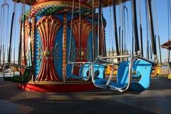 O mar balança o passeio do parque de diversões no passeio à beira mar em Califórnia imagens de stock