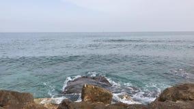 O mar bonito com ondas e turquesa do céu nebuloso molha na praia em um dia de verão vídeos de arquivo