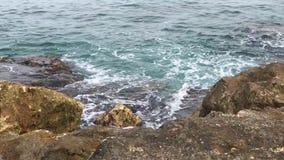 O mar bonito com ondas e turquesa do céu nebuloso molha na praia em um dia de verão video estoque