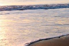 O mar calmo colorido acena no nascer do sol Fotografia de Stock