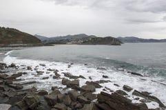 O mar cantábrico perto de zumaia Imagem de Stock