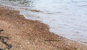 O mar claro acena em terra Imagens de Stock Royalty Free