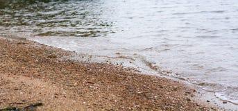 O mar claro acena em terra Foto de Stock Royalty Free