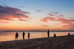 O mar colorido bonito do verão minutos antes do nascer do sol ajardina com surpresa de nuvens coloridas em um céu azul e Imagem de Stock