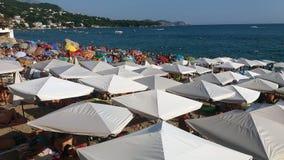 O mar com guarda-chuvas de praia Imagens de Stock