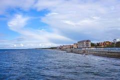 O mar com seu passeio longo e a estância turística histórica de Cranz fotos de stock