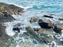 O mar da costa e a rocha fotos de stock royalty free