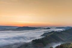 O mar da névoa em PHU PHA ESCAVOU Tailândia mountian Imagens de Stock