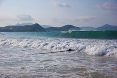 O mar da paisagem acena na praia Fotos de Stock