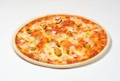 O mar da pizza com camarão, mexilhões e caranguejo cola as azeitonas, mozzarella em um fundo branco foto de stock royalty free
