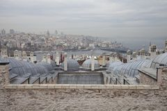 O mar de Marmara e Bosphorus da opinião de Istambul da mesquita de Suleymaniye jardinam imagens de stock