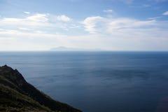 O mar de Okhotsk, costa norte, ilha de Zavialov fotografia de stock