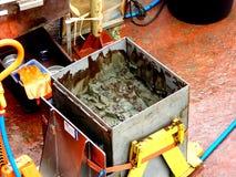 O mar de Okhotsk/Rússia - 17 de julho de 2015: A amostra de núcleo da caixa na plataforma de rv Akademik Lavrentyev fotos de stock royalty free
