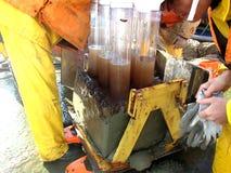 O mar de Okhotsk/Rússia - 17 de julho de 2015: As amostras multicore e da caixa de núcleo na plataforma de rv Akademik Lavrentyev fotos de stock royalty free