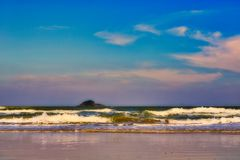 O mar de Tailândia na praia no crepúsculo de nivelamento fotografia de stock
