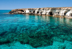 O mar desaba perto do cabo Greko imagem de stock