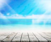 O mar do fundo do tampo da mesa e o céu de madeira 3d rendem Imagem de Stock