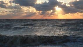 O mar do por do sol nubla-se raios vídeos de arquivo