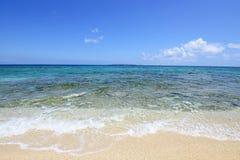 O mar dos azuis cobalto e o céu azul Fotos de Stock Royalty Free