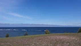 O mar e os céus azuis imagem de stock