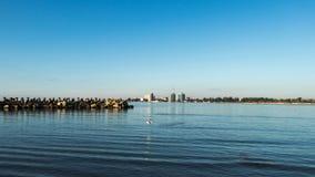 O mar e os hotéis fotos de stock