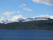 O mar e a terra de Noruega fotografia de stock