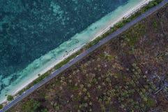 O mar e a terra racharam por uma estrada, Bintan, Indonésia imagens de stock royalty free