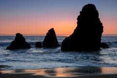 O mar empilha o por do sol na praia do rodeio imagens de stock royalty free