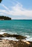 O mar espumoso acena em rochas Imagens de Stock