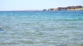 O mar limpo azul com as ondas com batida vídeos de arquivo