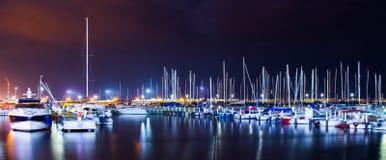 O mar marinho da água da noite dos barcos ilumina colorido Foto de Stock Royalty Free