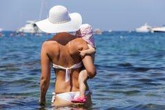O mar Mediterrâneo banha a mãe de sua filha Imagens de Stock Royalty Free