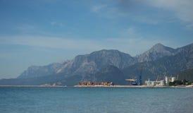 O mar Mediterrâneo na mola atrasada com Mountain View bonitos imagem de stock royalty free