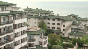 O Mar Negro e o pátio na esmeralda complexa residencial no Mar Negro costeiam em Ravda, Bulgária filme