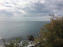 O Mar Negro em um dia nebuloso do outono Barcos Alupka imagem de stock royalty free