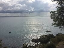 O Mar Negro em um dia nebuloso do outono Barcos Alupka fotos de stock royalty free