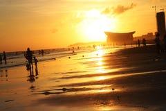 O mar no crepúsculo reflete a luz amarela imagem de stock