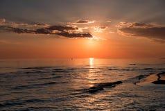 O mar no nascer do sol Imagem de Stock