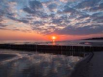 O mar no nascer do sol Fotografia de Stock