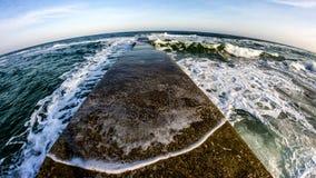 O mar, o Mar Negro, sol, água, inverno, Odessa, Ucrânia, água, céu, espuma, acena Fotos de Stock