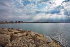 O mar, o sol e as nuvens. Foto de Stock Royalty Free