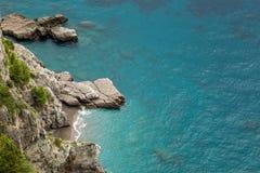 O mar pequeno da angra e da turquesa em Amalfi costeia em Itália Imagens de Stock Royalty Free