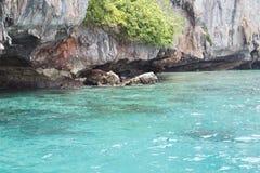 O mar perto da costa rochosa Imagens de Stock Royalty Free