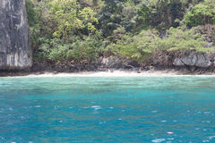 O mar perto da costa rochosa Fotografia de Stock Royalty Free