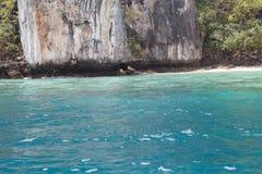 O mar perto da costa rochosa Fotos de Stock Royalty Free