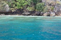 O mar perto da costa rochosa Foto de Stock