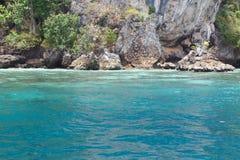 O mar perto da costa rochosa Imagem de Stock Royalty Free
