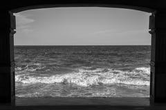O mar preto e branco acena em um dia claro que vê completamente um quadro da estrutura foto de stock