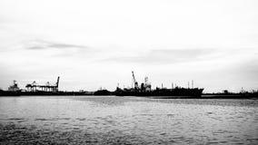 O mar tem uma imagem preto e branco do barco imagens de stock